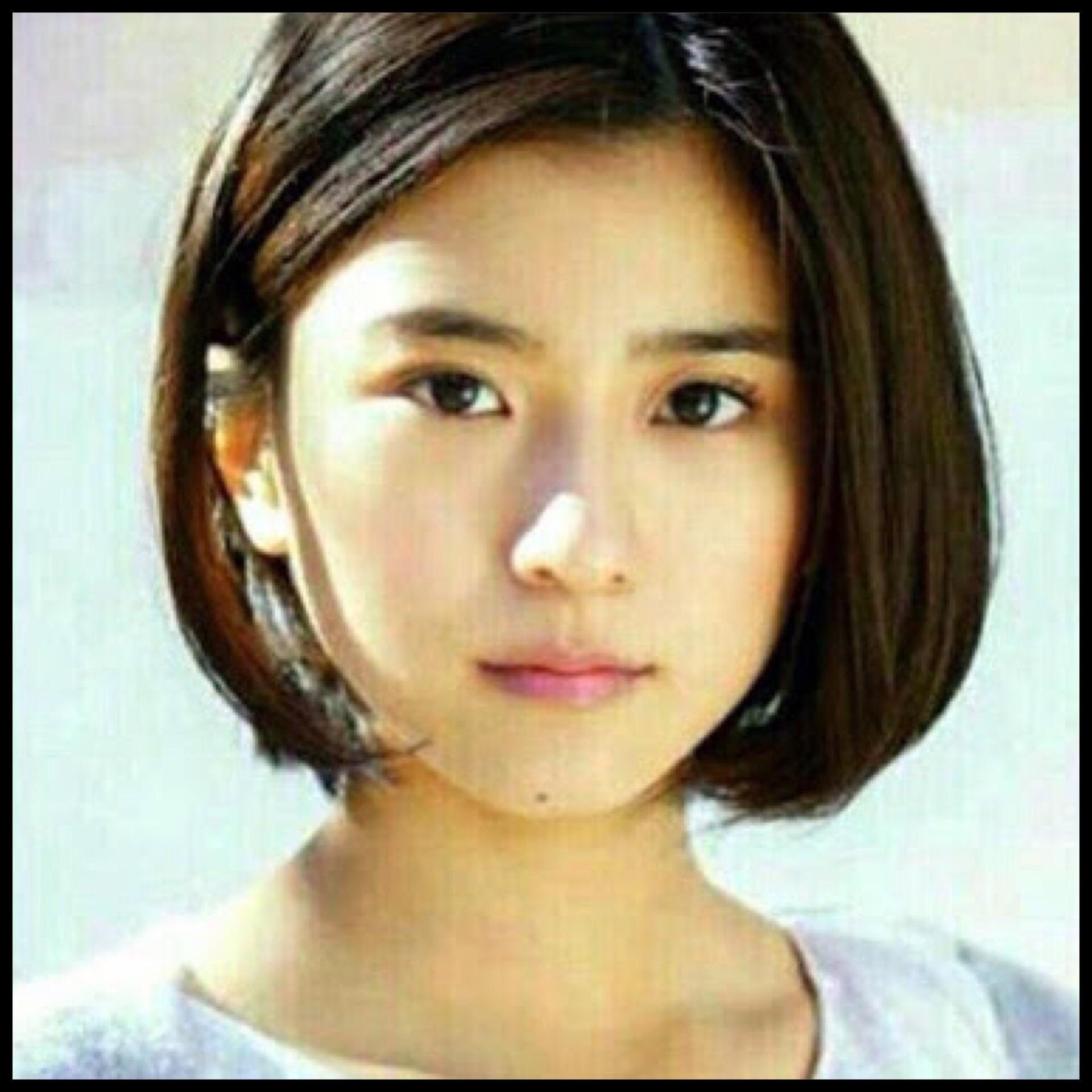 黒島結菜は、目元と太い眉毛がかわいいチャームポイントの女優。性格や